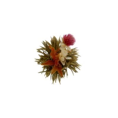 La foto muesta la flor de té o blooming tea en su completamente abierta tras la infusión, con las flores de a la vista, un espec